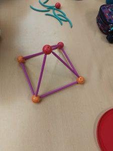 Une pyramide à base carré